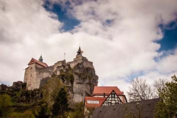 Einmalig in der Pfalz: kleine Straßen durch Weinberge