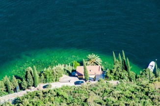 Traumhafter Blick von halber Höhe aufs Gardasee-Ufer