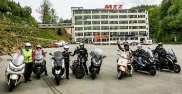 Scootertourer vorm alten DKW- bzw. MZ-Werk in Zschopau