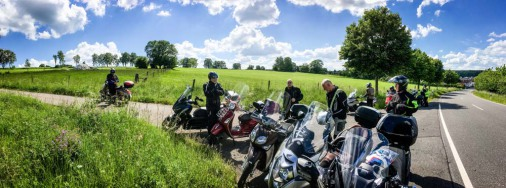 Kurze Pause bei Kaiserwetter auf der Rhöntour 2020 mit unseren Scootern