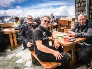 Rast an der Edelweißhütte auf über 2.700 m mit Blick auf den Großglockner